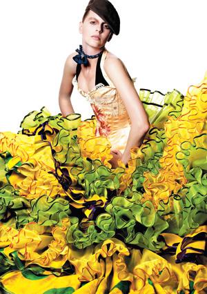 2003 Коллекция haute couture осень—зима. Джон Гальяно для Dior Шелковый корсет с вышивкой, шелковая юбка, кепка, шелковый платок в горошек.