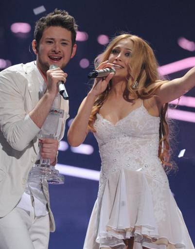 Никки и Элль выбрали для выступления белые наряды.