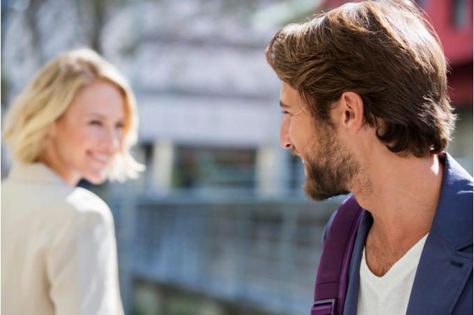 Женщина и мучжина улыбаются друг другу