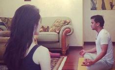 Сати Казанова практикует йогу в домашних условиях