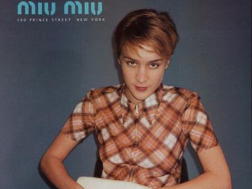 Хлое Севиньи (Chloë Sevigny) в рекламной кампании Miu Miu в 1996 году, сезон весна-лето