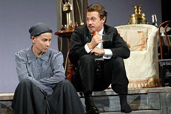 Юлия Высоцкая и Павел Деревянко в спектакле «Дядя Ваня».