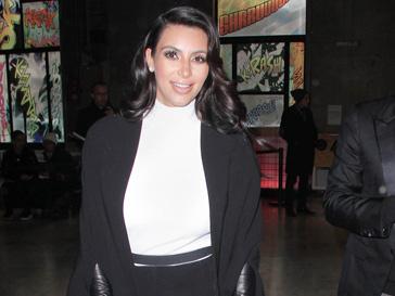 Ким Кардашьян (Kim Kardashian) побирает такую одежду. которая помогает ей скрыть беременность