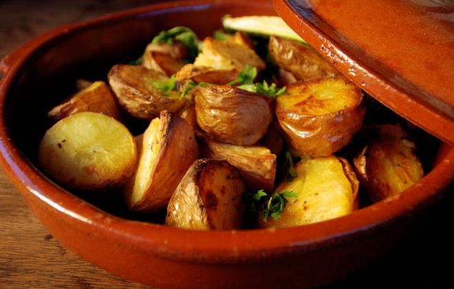 Прежде чем закладывать дольки молодого неочищенного картофеля в горшок – последний нужно замочить в воде в течение 15 минут.
