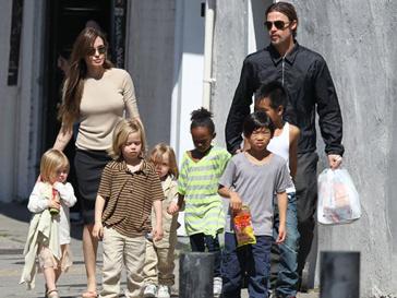 В прошлую пятницу жители Нового Орлеана могли наблюдать редкую картину – Бранджелина вывели всех своих детей на прогулку