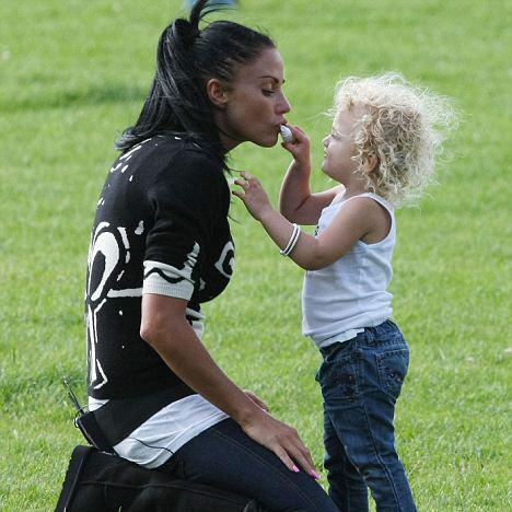 Кейти с дочерью.