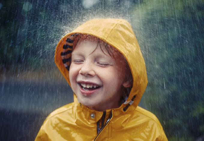 Ребенок под дождем