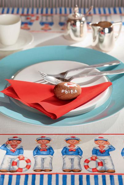 2. Залог успешной сервировки кроется не в том, какие тарелки будут поставлены на стол, а в наличии оригинальной идеи. Вот один из интересных вариантов: цветные бумажные салфетки складывают треугольниками, авместо колец используют камешки с узором, нарисованным вручную
