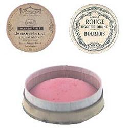 Первые компактные румяна, которые изобрел Александр Буржуа в 1863 году