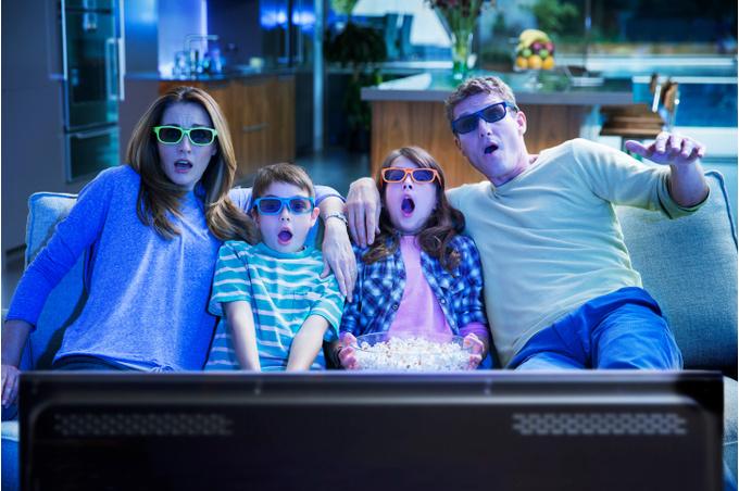 Семья смотрит 3D фильм
