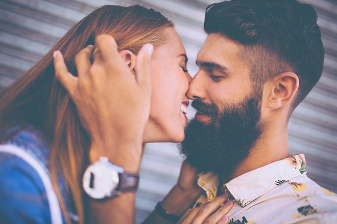 маске с парень бородой в девушку будит