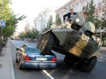 Мэр Вильнюса предложил бороться с плохо припаркованными автомобилями с помощью бронетранспортера