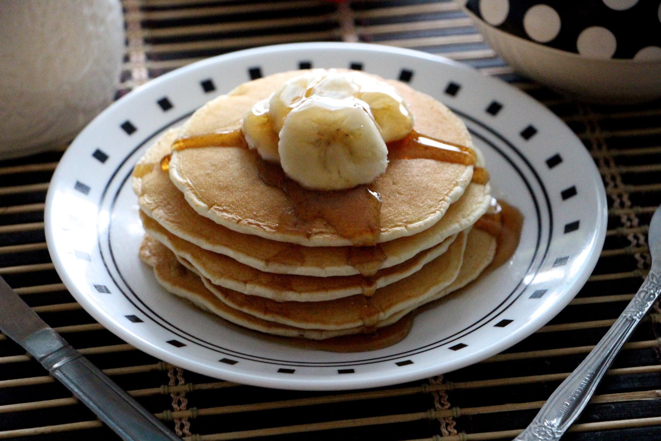 Смотреть Банановые оладьи - лучшие идеи приготовления простого блюда на завтрак видео