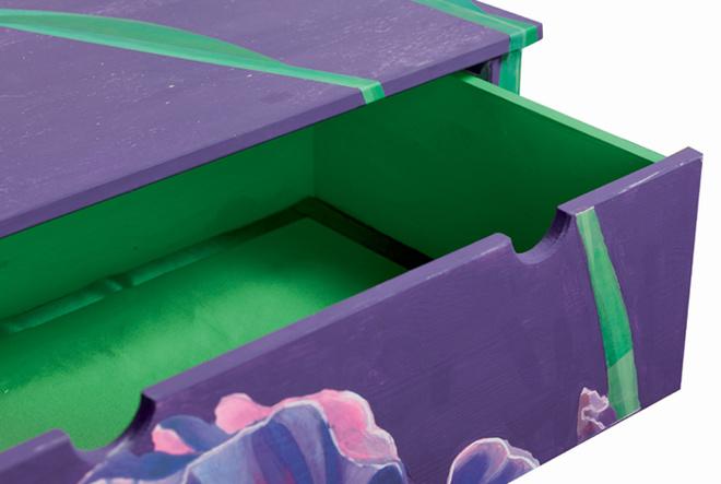 Полученные заготовки из зеленой ткани приклеивают на промазанные составом длядекупажа днища выдвижных ящиков. Края тщательно разглаживают. Работа завершена!