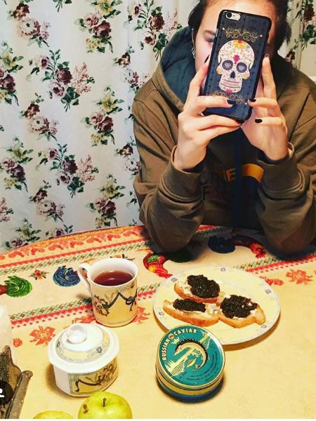 Лариса Гузеева заедает стресс черной икрой