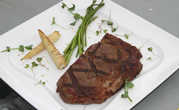 Мясо с зеленью и спаржей