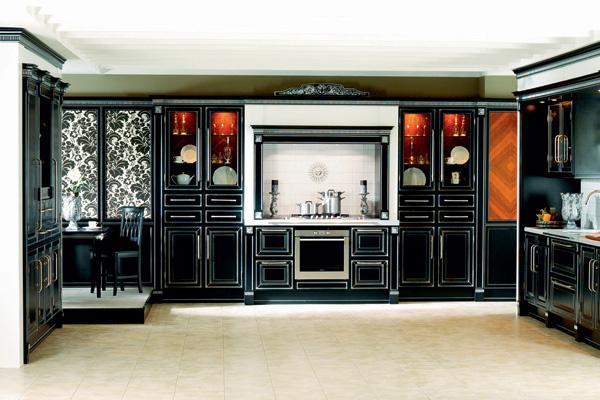 Кухня «Британика» («Атлас-Люкс») - находка для поклонников английского стиля. Ее фасады из ценных пород дерева отделаны черным лаком и сусальным серебром.