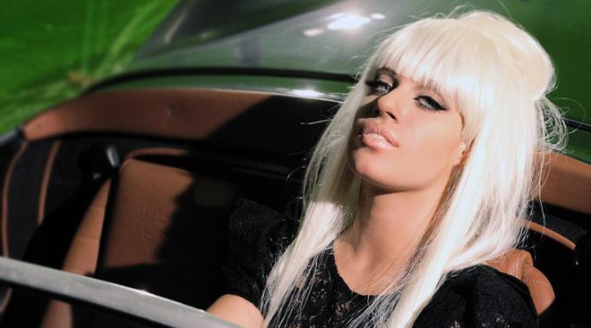 В новом клипе солистка коллектива 5ivesta Лоя, взорвавшая хит-парады страны песней «Я буду», предстала перед камерой в новом образе.