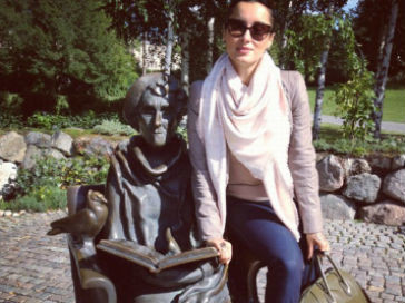 Тина Канделаки рядом с памятником Астрид Линдгрен