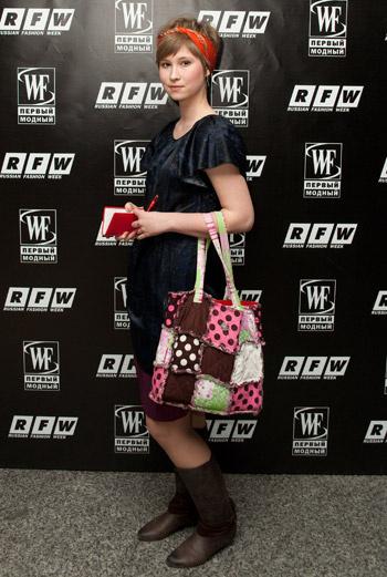 Hand-made: сумка, выполненная в технике пэчворк, задает тон всему образу.