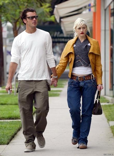 Гвен Стефани выбирает для прогулки с мужем осенние цвета - желтый, серый, коричневый и классический темно-синий деним.