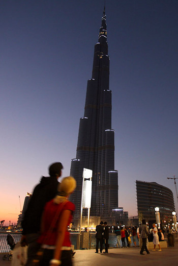 После открытия дубайской башни оказаться на ее смотровой площадке на 124-м этаже захотели тысячи людей.