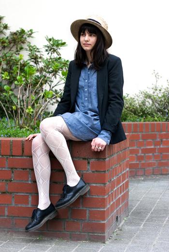 На улице Münzstrasse Берлина блогеры Stil in Berlin встретили Веру. Длинную джинсовую рубашку девушка дополнила блейзером. Колоритность образу придает широкополая шляпка и чулки с орнаментом.