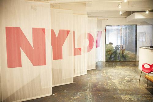 Парадный вход в редакцию украшают пять полотен, на которых написаны буквы из названия журнала.