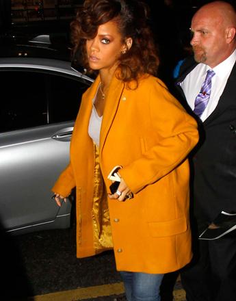 Рианна (Rihanna) в оранжевом блейзере
