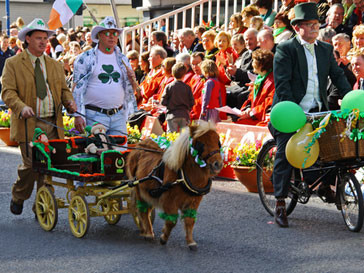 Парад облаченных в зеленое людей -одна из традиций праздника Святого Патрика