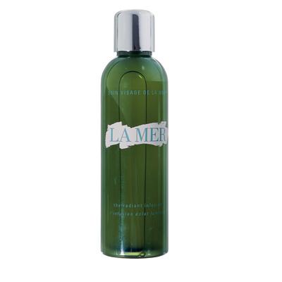 СтимулируетЛосьон The Radiant Infusion, La Mer, находится между очищающими средствами и продуктами для ухода. Он завершает демакияж и одновременно подготавливает клетки к действию крема.