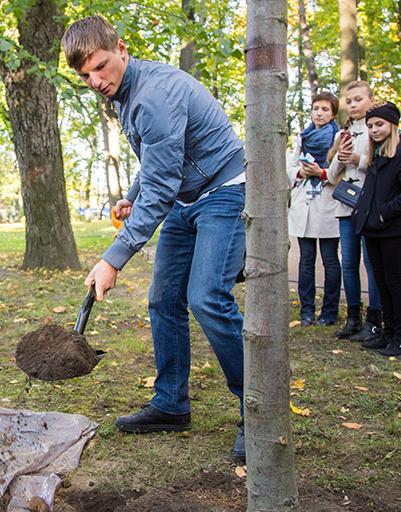 Аршавин посадил дерево
