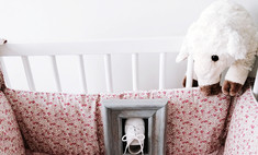 Тепло и уютно: шьем бортики для детской кроватки