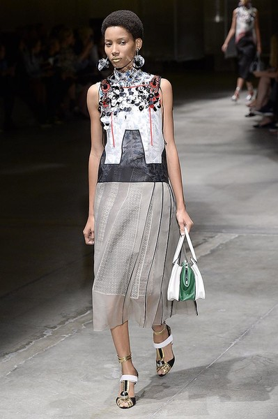 Показ весенней коллекции Prada в Милане | галерея [1] фото [10]