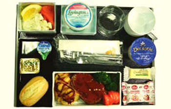 Оказавшись на борту Singapore Airlines, придется выбрать между восхитительным цыпленком и ломтиками говядины под соусом розмарин.
