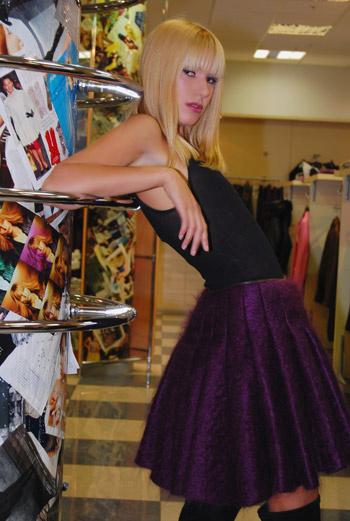 Главный акцент - зимний вариант «колокола» - лиловая юбка из валенной шерсти Jean Paul Gaultier.