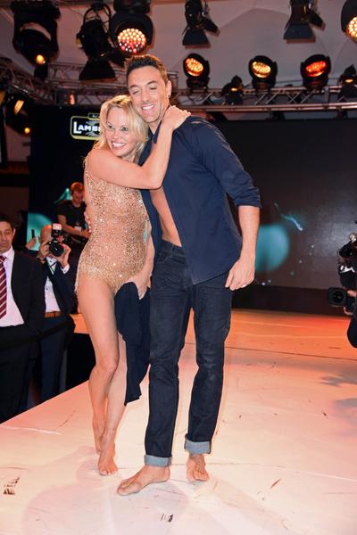 Памела Андерсон в купальнике устроила танцы на сцене