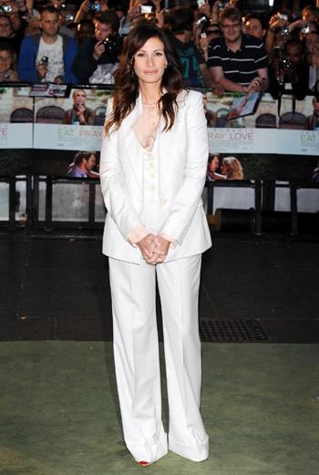 Джулия появилась перед поклонниками в Лондоне в белоснежном костюме от ее любимого дизайнера Стеллы МакКартни.
