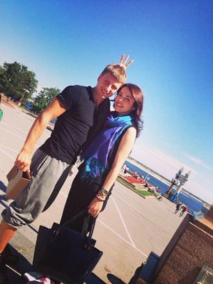 Сати с Алексеем на прогулке по набережной
