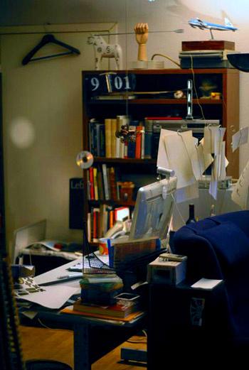 В студии вы не найдете ни одного прибранного стола. Со своим рабочим пространством сотрудники вольны делать все, что пожелают нужным, – заваливать бумагами, украшать безделушками, хоть забирайся на стол и пляши – никто не помешает.