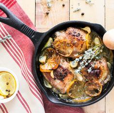 Жареные куриные бедра с прованскими травами и лимоном