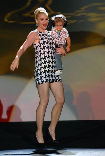 Гвен Стефани с сыном Кингстоном во время модного показа