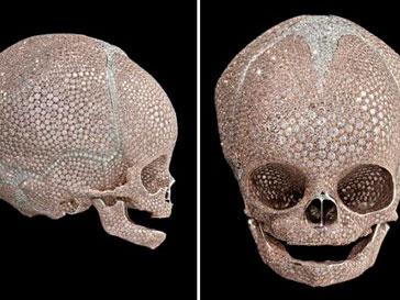 Идеи по инкрустированию человеческих костей пришли Дэмиену Херсту (Damien Hirst) после знакомства с искусством древних ацтеков