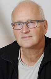 Герман Кох, голландский писатель и комедийный актер, начал публиковаться как автор коротких рассказов в 1985 году. Роман «Ужин», изданный в 2009 году, был переведен на 21 язык и принес автору всемирную известность. Теперь наконец он переведен и на русский язык.