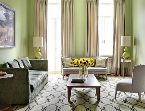 Гостиная с яблочно-зелеными стенами, краска Little Greene, в интерьере, оформленном декоратором Ксенией Коссой.