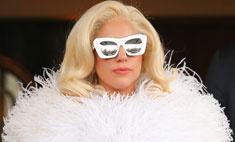 Леди Гага скрывает под платьем панталоны