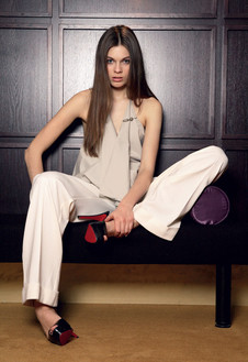 Шелковый топ с брошью, Maria Calderara; широкие брюки из тонкой шерсти, Patrizia Pepe, 10 300 руб.; туфли из лакированной кожи, Christian Louboutin.