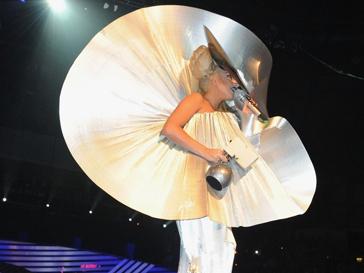 Леди ГаГа вновь удивила гостей музыкальной премии EMA своим костюмом.
