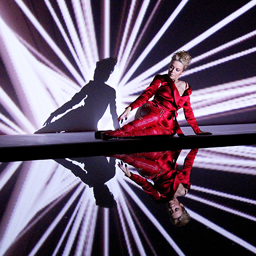 По большей части, в новом видео Кайли лежит или сидит на подсвечивающимся полу, проделывая танцевальные элементы.