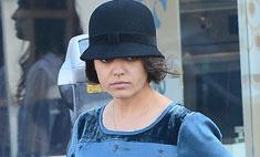 Мила Кунис надела на прогулку вычурную шляпу